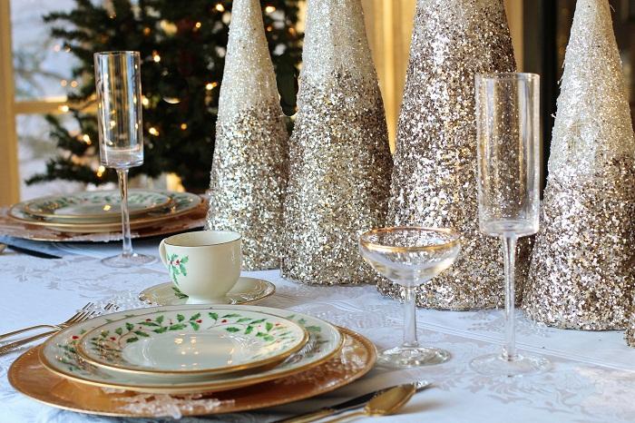 Prestieranie na stôl s rôznymi dekoráciami