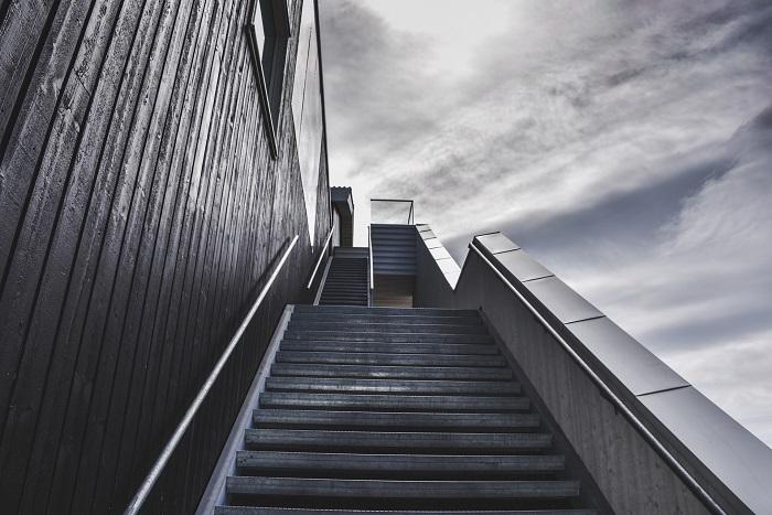 Šalovanie schodov vo veľkých budovách